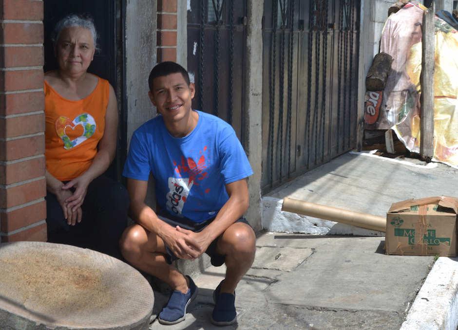 Byron Argueta y doña Adela son muy conocidos en Prados de Villa Hermosa. (Foto: Jesús Alfonso/Soy502)