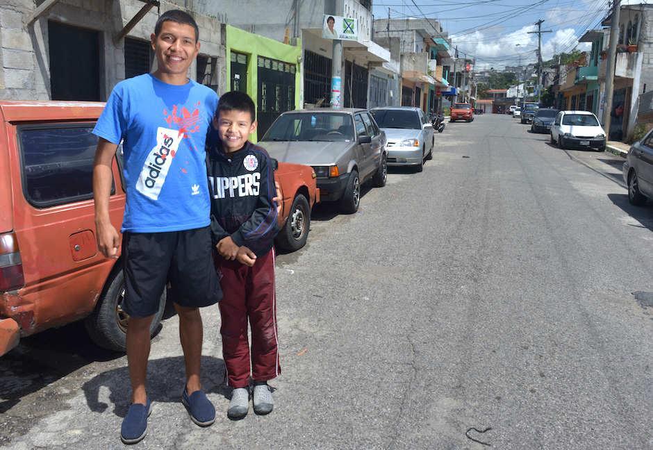 El futbolista comparte con Joelito, un pequeño admirador. (Foto: Jesús Alfonso/Soy502)