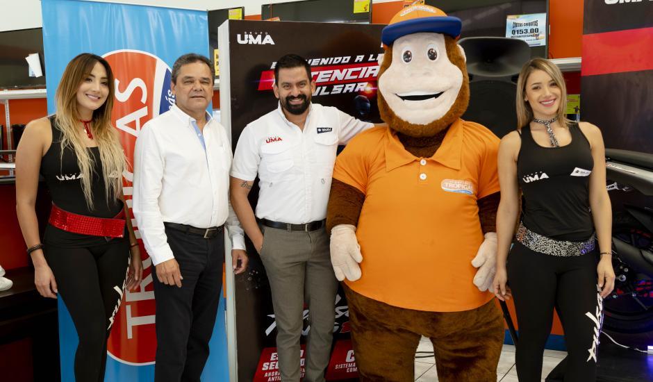 Carlos Morales, gerente de ventas y operaciones de Almacenes Tropigas, junto a Estuardo Pérez, gerente de mercadeo regional de Grupo UMA, celebran la nueva alianza. (Foto: George Rojas/Soy502)