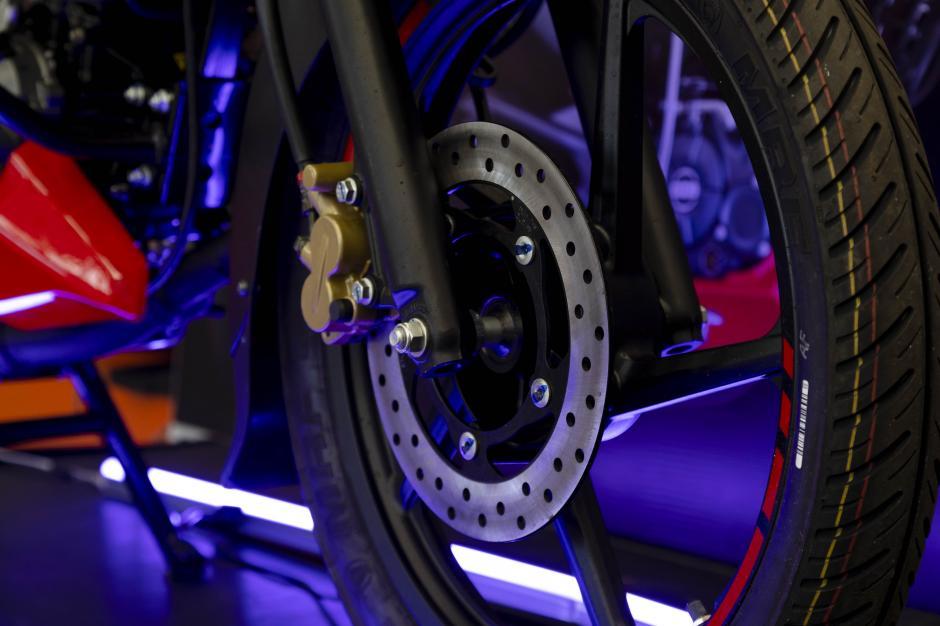 El sistema combinado de freno CBS hace de la NS125 una moto segura. (Foto: George Rojas/Soy502)