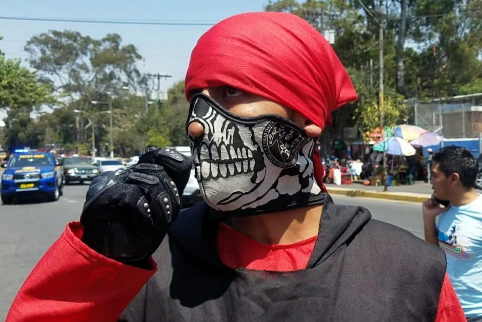 El encapuchado de Derecho se identificó como 'Ternurita' y culpó al cansancio de su olvido. (Foto: Jessica Gramajo/Soy502)