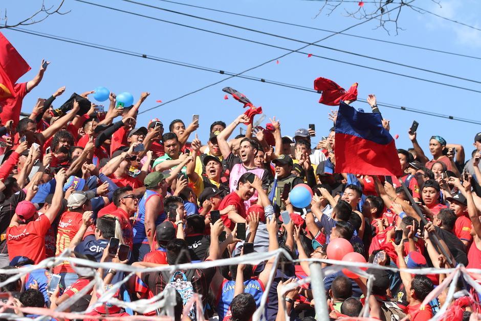 Jaime Penedo saltó y gritó junto con la porra de Municipal. (Foto: Luis Barrios/Soy502)