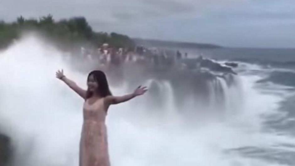Una turista posaba para la foto y una enorme ola la arrastró