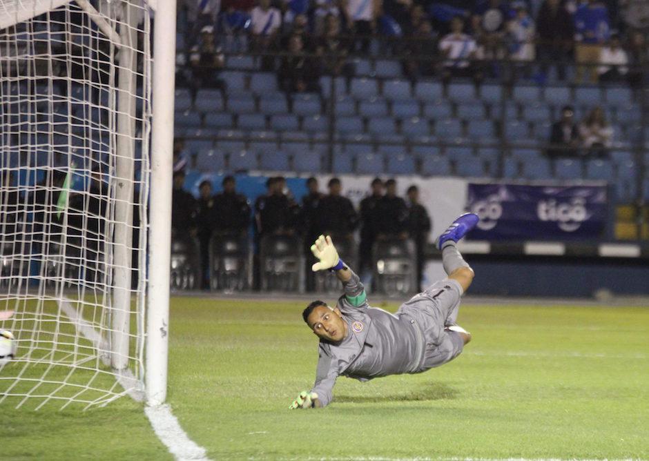 Keylor Navas no alcanzó el balón. Stefano Cincotta anotó el gol de la victoria. (Foto:Fredy Hernández/Soy502)