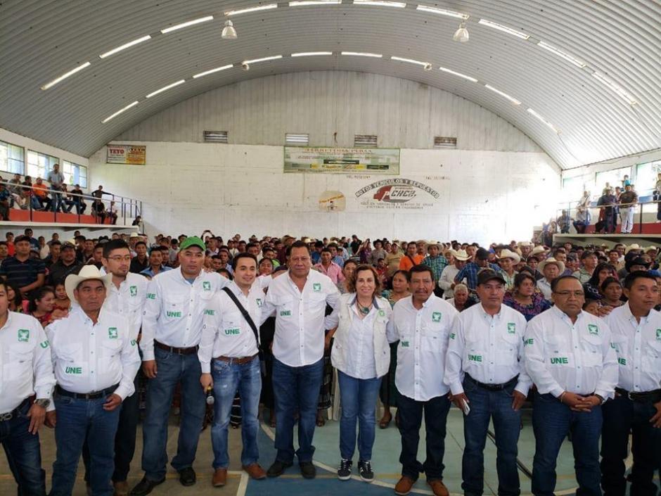 El alcaldeFlorencio Carrazcosa Gamez, al centro junto con Sandra Torres, ha logrado frenar el caso en su contra y la fiscalía no responde sobre los pocos avances. (Foto: UNE)