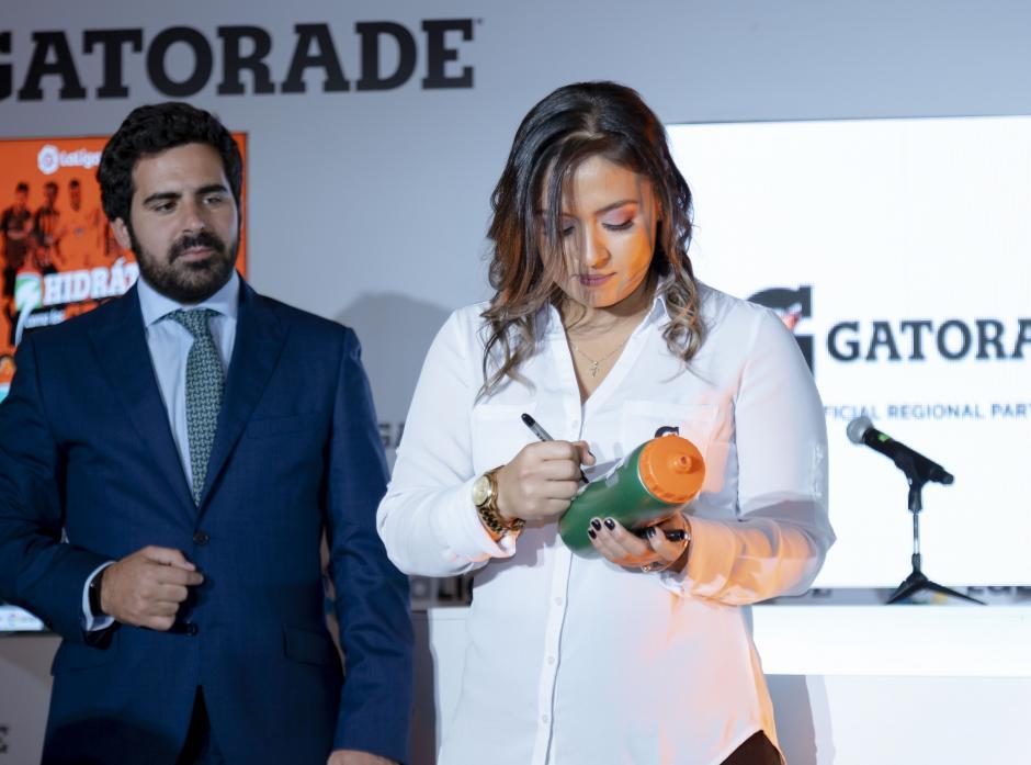 Ariana Gomez Villareal, gerente de Gatorade Guatemala, firma el convenio en un pachón conmemorativo de LaLiga. (Foto: George Rojas/Soy502)