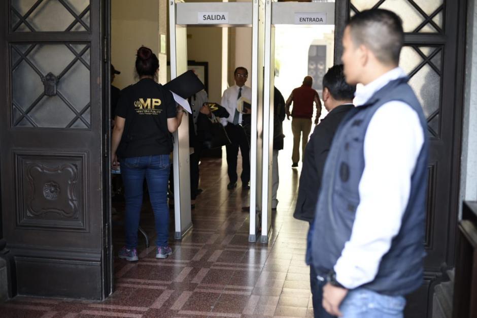 El operativo se realiza en el primer piso de este inmueble.  (Foto: Wilder López/Soy502)