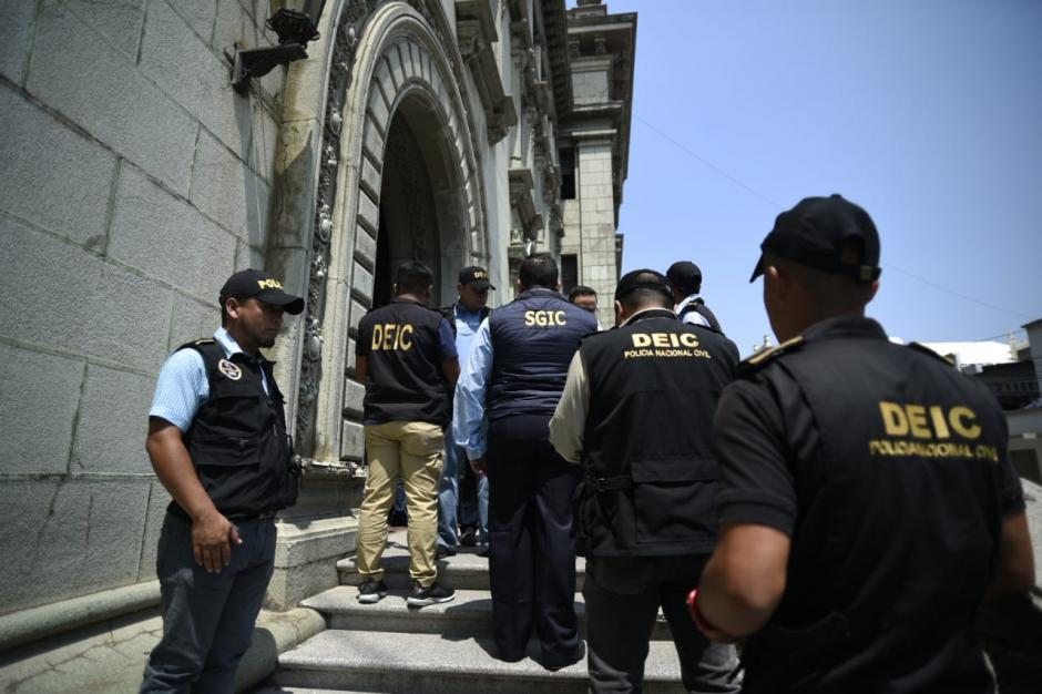 El MP y la PNC ingresaron al Palacio Nacional para realizar el allanamiento. (Foto: Wilder López/Soy502)