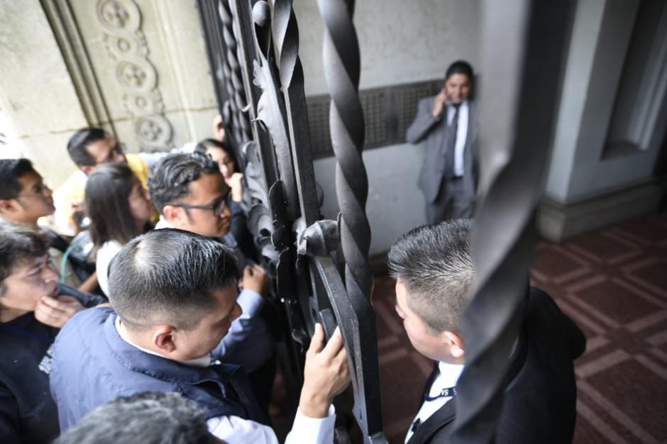 El ingreso quedó suspendido mientras termina el allanamiento.  (Foto: Wilder López/Soy502)