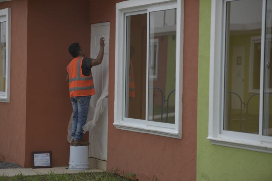Durante la mañana se hacían los últimos arreglos para las viviendas.  (Foto: Wilder López/Soy502)