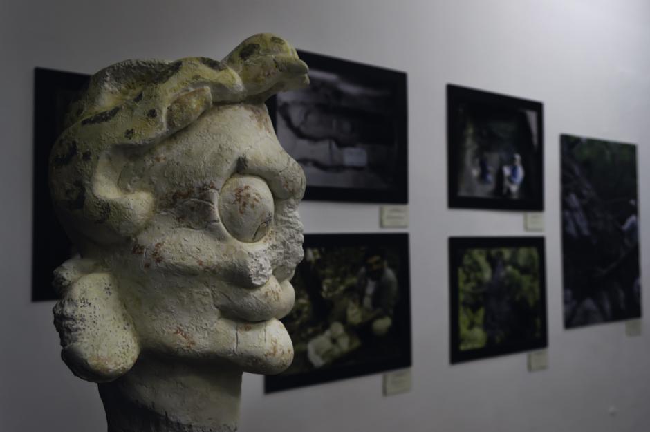 Réplica de cabeza de estuco, la cual representaba al que manejaba la canoa al morir según los Mayas.
