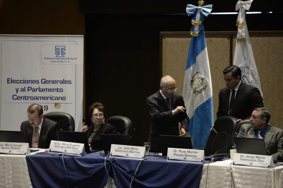 Los magistrados del TSE, junto con los fiscales de los partidos, definieron la papeleta de los presidenciables. (Foto: Wilder López/Soy502)