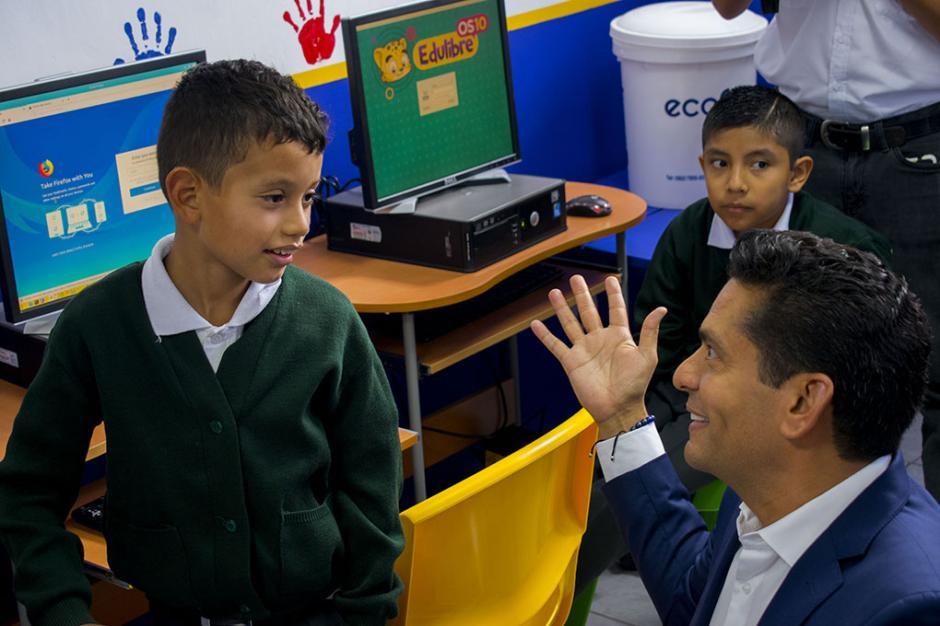 La fundación del reconocido comunicador, Ismael Cala, junto a Fundación Tigo pregonan el proyecto. (Foto: Eduardo Ortíz/Soy502)