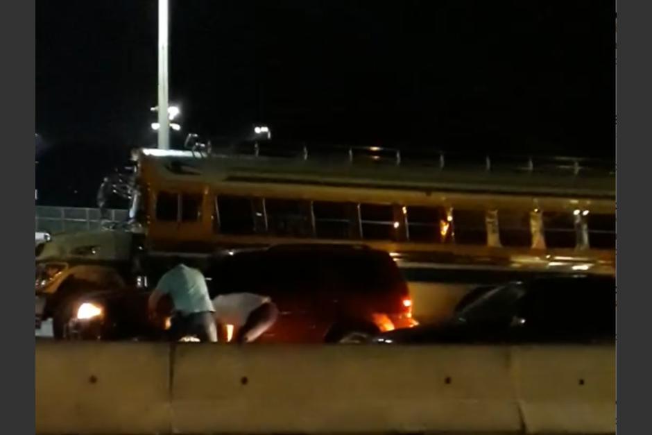 La pelea se registró en el ingreso a un centro comercial. (Foto: captura de pantalla)