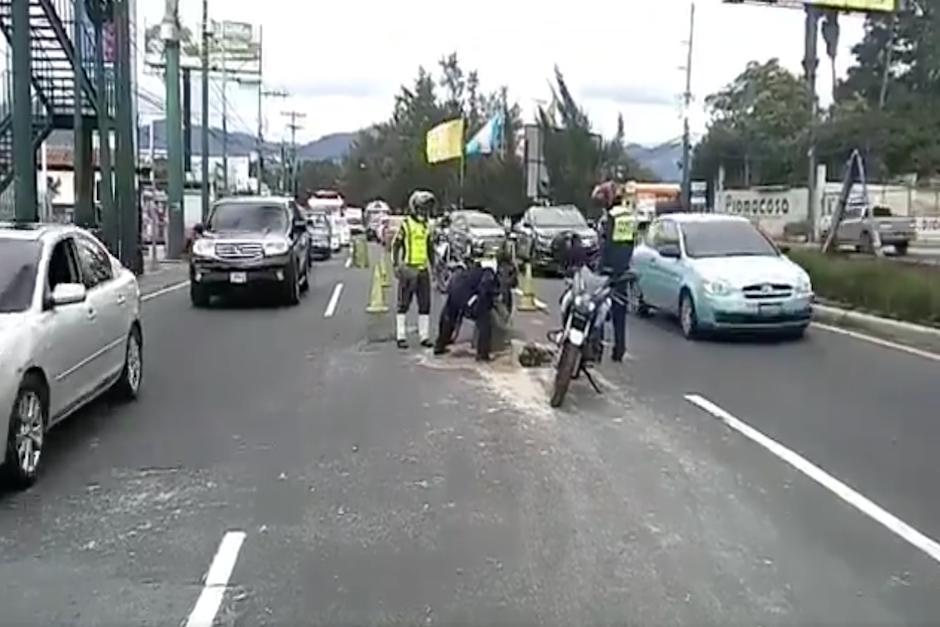 Las autoridades ya circularon el área para evitar que los vehículos pasen sobre ese carril (Foto: captura de pantalla)