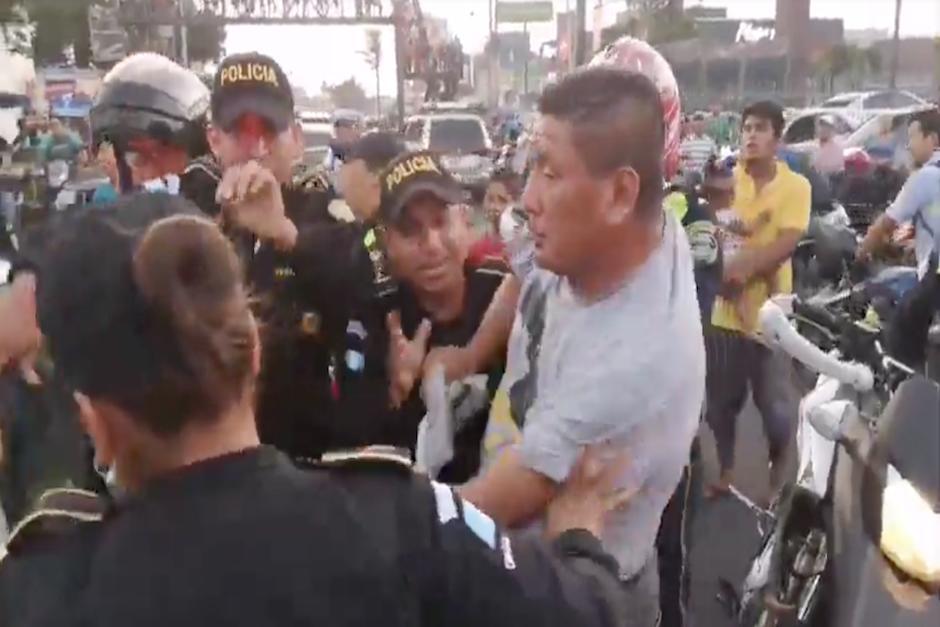 El hombre se baja de carro y apenas puede sostenerse de pie (Foto: captura de pantalla)