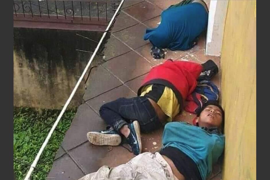 Tres niños fueron captados mientras dormían a un costado de Gobernación Departamental de Cobán, Alta Verapaz. (Foto: Juan Víctor Castillo/Sonora)