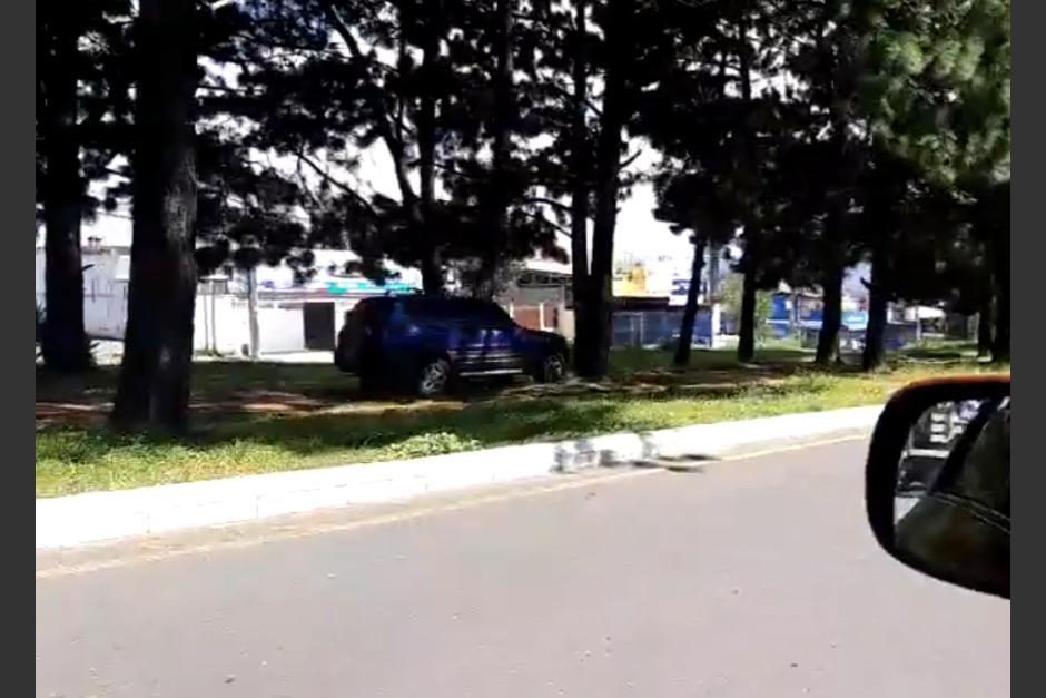 Según el Reglamento de Tránsito, la PMT debiera multar al automovilista. (Foto: captura de pantalla)