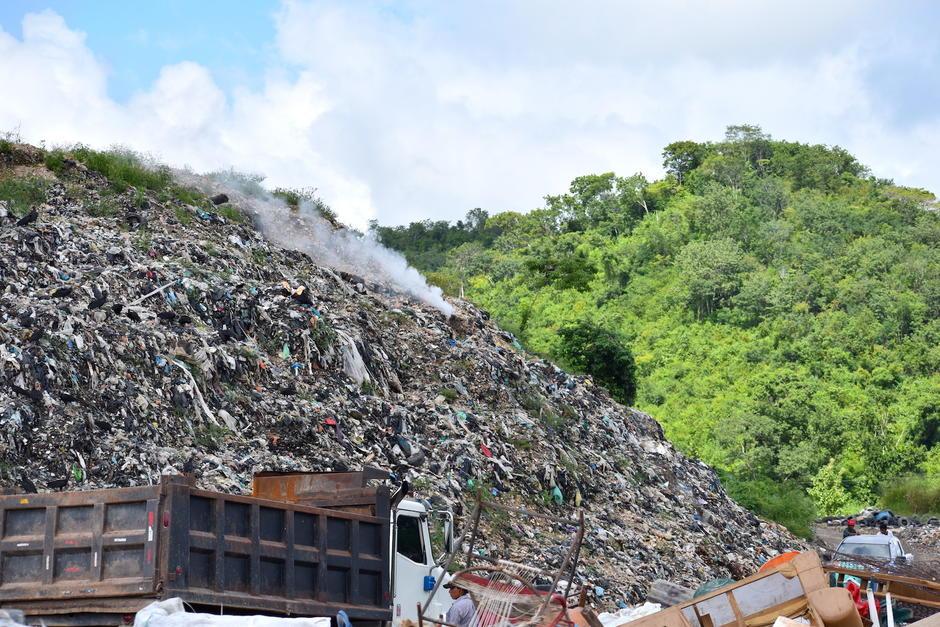 El gas metano exhala en medio de los 15 metros de basura que se han acumulado por más de 30 años en este vertedero. (Foto: Fredy Hernández/Soy502)