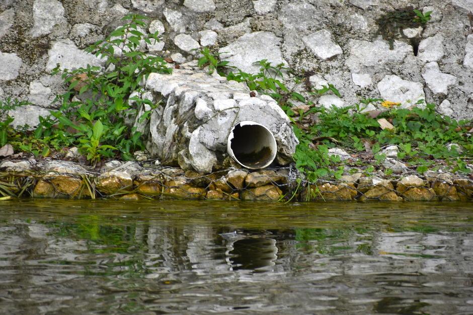 En algunos puntos del lago aún se descargan aguas pluviales. (Foto: Fredy Hernández/Soy502)