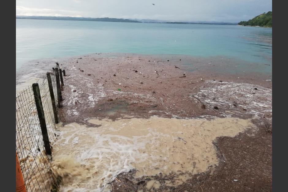 El lago Petén Itzá recibe una gran cantidad de desechos principalmente en la época lluviosa. (Foto: Soy502)