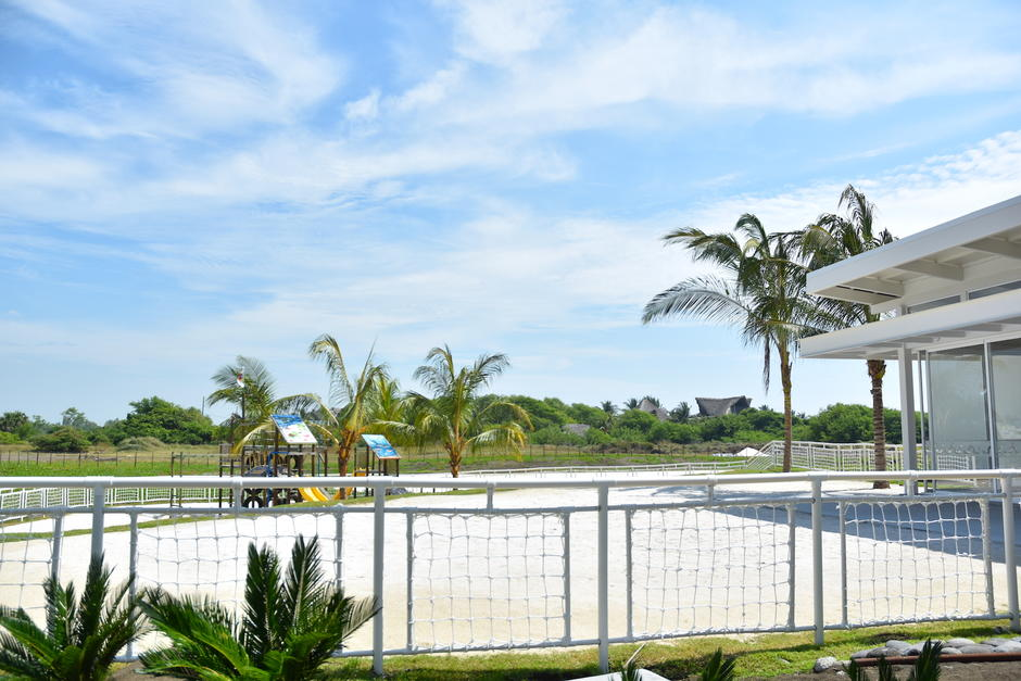 Existe áreas con arena blanca para que las personas puedan permanecer más tiempo bajo el sol(Fredy Hernández/Soy502)