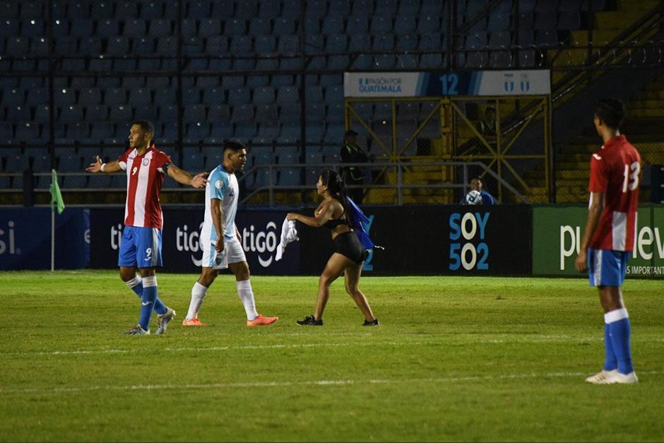 La joven mujer invadió la gramilla del estadio Doroteo Guamuch Flores. (Foto: Rudy Martínez/Soy502)