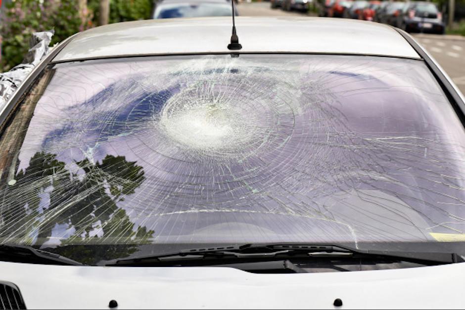 Un hombre se lanzó sobre un vehículo. (Foto: Freepik)