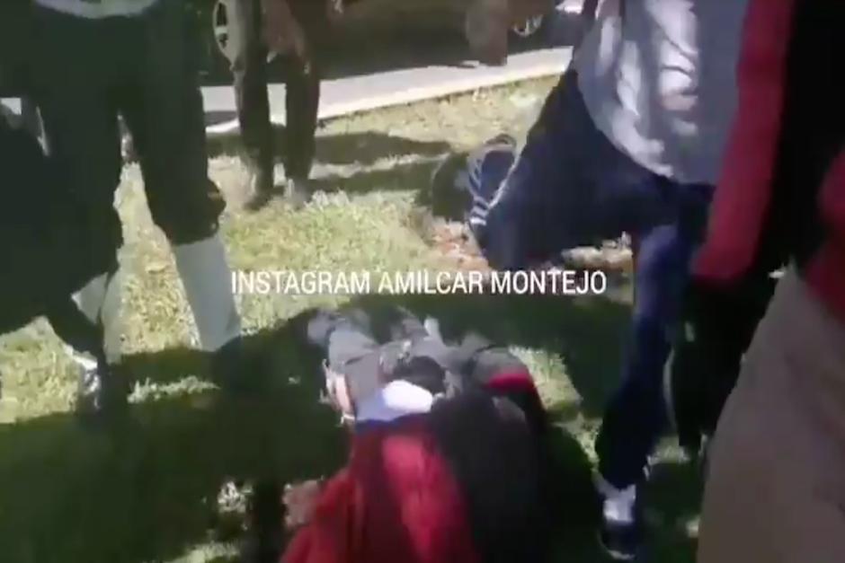 Un hombre comienza a patearlo y golpearlo en la cara en presencia del agente (Foto: captura de pantalla)