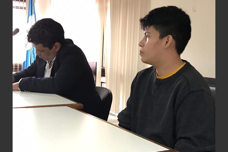Carlos Velásquez junto a su abogado defensor escucha la sentencia.