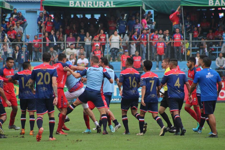 Bochorno en el Trébol jugadores de Municipal y Xelajú protagonizaron una batalla campal. (Foto: Soy502)