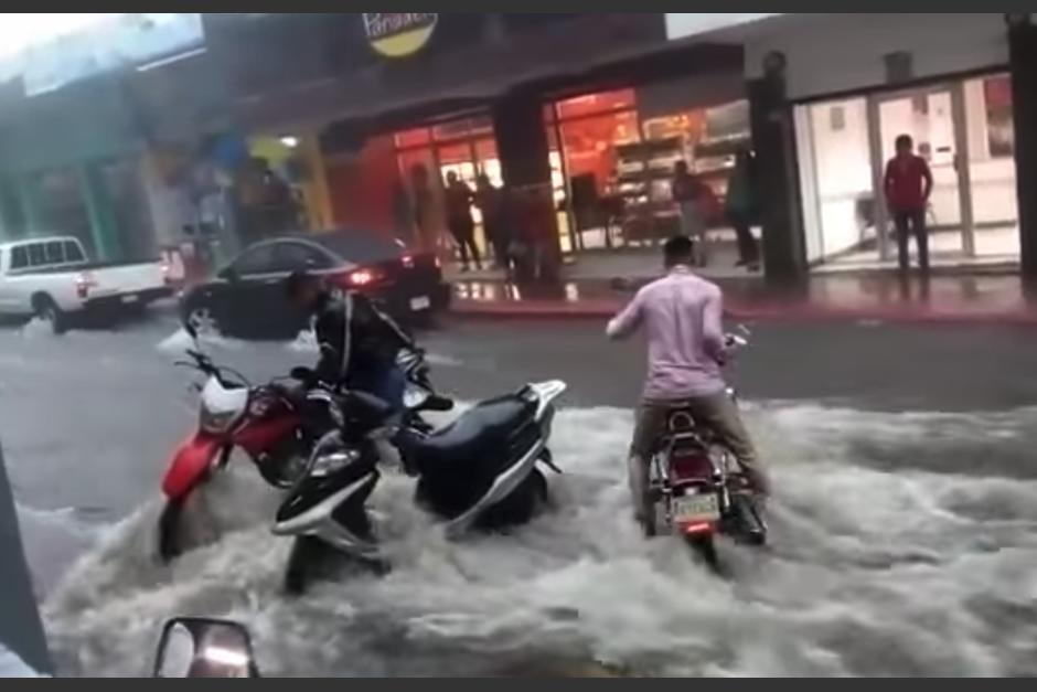 Las lluvias provocaron que varias calles se inundaran. (Foto: Meteorología GT)