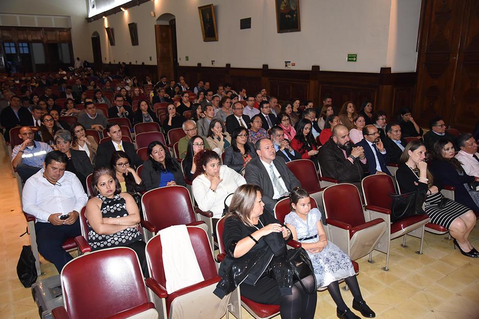 Parte del público asistente que llegó para conocer el nuevo libro de Jorge Mario Andrino. (Foto: Stanley Herrarte/Soy502)