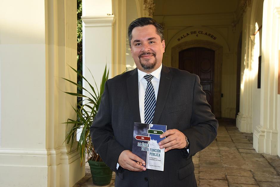 El escritor guatemalteco Jorge Mario Andrino junto a su libro. (Foto: Stanley Herrarte/Soy502)
