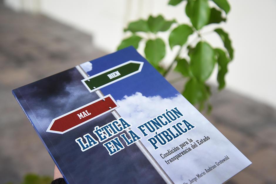 """Portada de la obra """"La ética en la función pública"""". (Foto: Stanley Herrarte/Soy502)"""