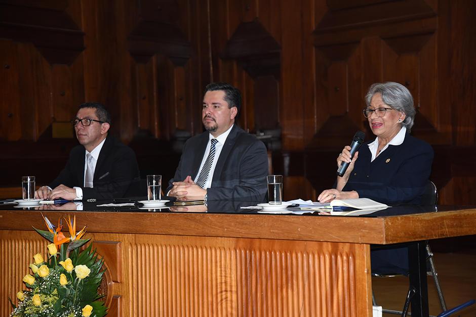 Omar Barrios Osorio, Jorge Mario Andrino y María Eugenia Morales fueron los encargados de presentar el libro. (Foto: Stanley Herrarte/Soy502)