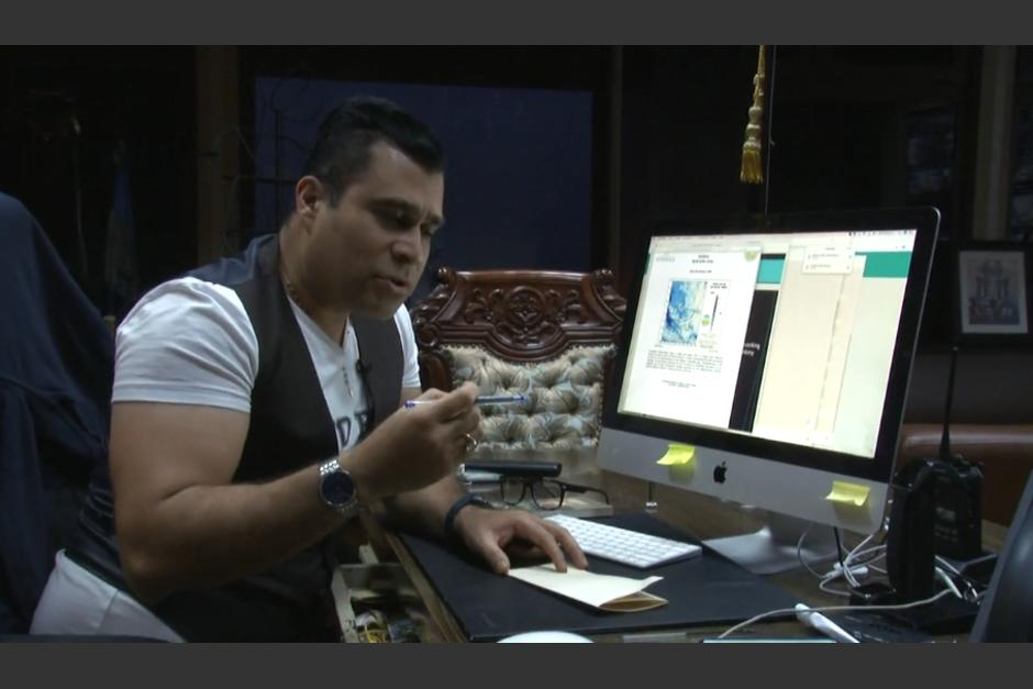 El alcalde de Mixco explicó con dibujos por qué colapsó una tubería en Mixco. (Foto: captura video)