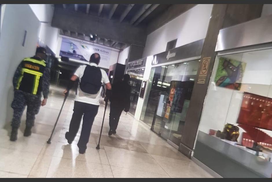 Giammattei fue subido nuevamente al avión en el que llegó a Venezuela. (Foto: cortesía)