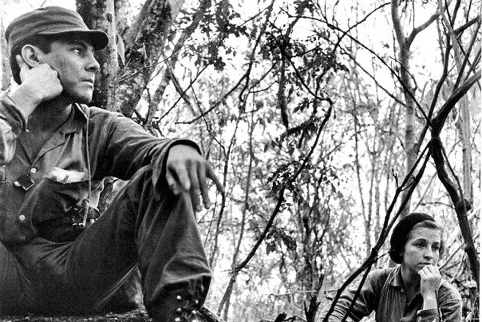 """Julio César Macías Mayora, más conocido como """"Comandante César Montes"""", junto a la exguerrillera Rosa María. La fotografía fue tomada entiempo de la Guerra Interna. (Foto: Rodrigo Moya)"""
