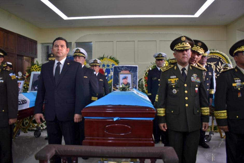 El presidente Jimmy Morales participó en las honras fúnebres de los soldados que fallecieron en El Estor, Izabal. (Foto: TGW)
