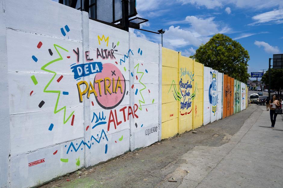 """""""Y el altar de la patria su altar"""", reza una de las piezas de arte. (Foto: George Rojas/Soy502)"""
