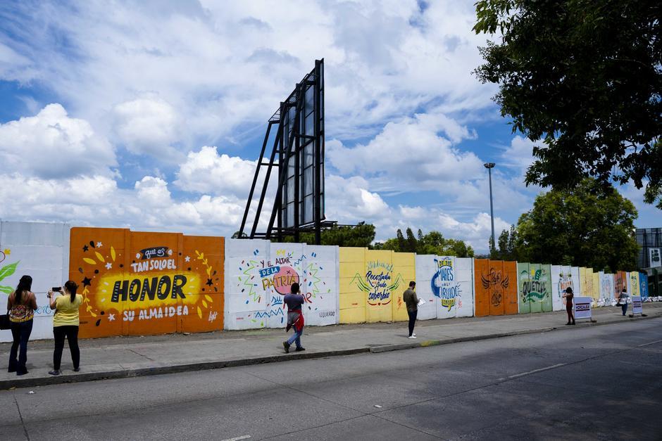 Frases inspiradas en el Himno Nacional adornan las afueras del Estadio Cementos Progreso. (Foto: George Rojas/Soy502)
