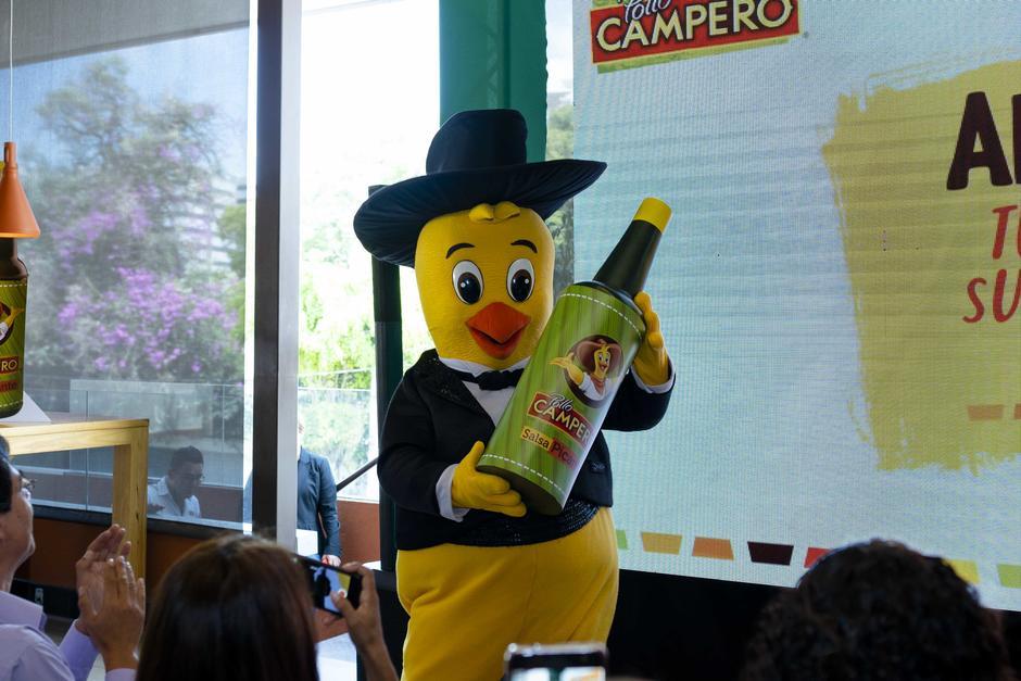 Pollito Campero muestra la Salsa Picante Campero. (Foto: George Rojas/Soy502)