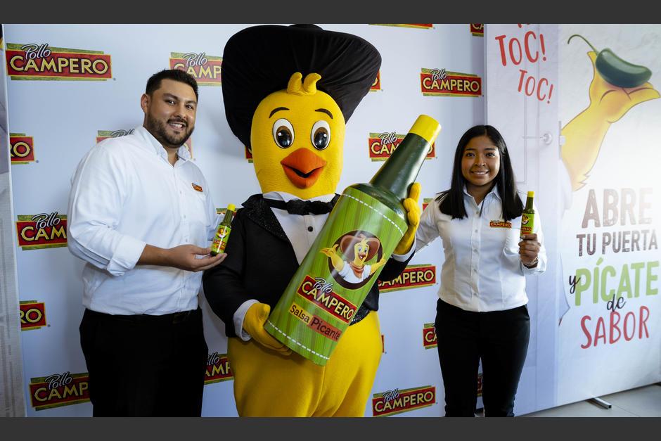 Paulino Rufino, gerente de marca, y Alejandra Morán, gerente de marca de Salsas Campero, junto a Pollito Campero. (Foto: George Rojas/Soy502)