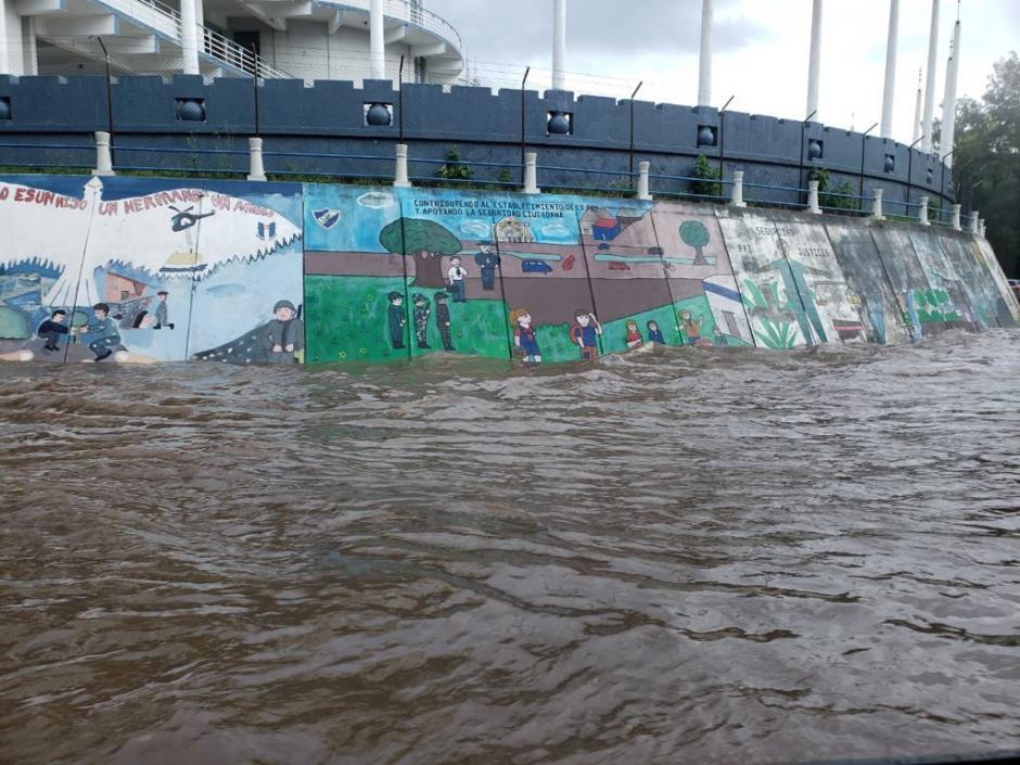 El colapso de los drenajes ha provocado tránsito lento en el sector. (Foto:@_hectorgg/Twitter)