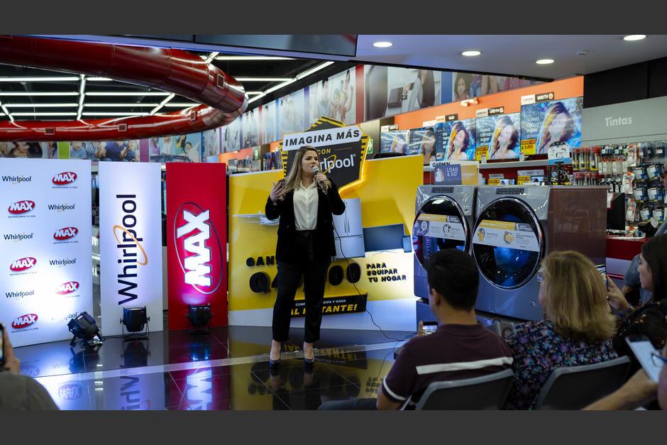 María José Cardona, gerente trade marketing para C.A de Whirlpool, presentó la nueva línea de lavadoras. (Foto: George Rojas/Soy502)