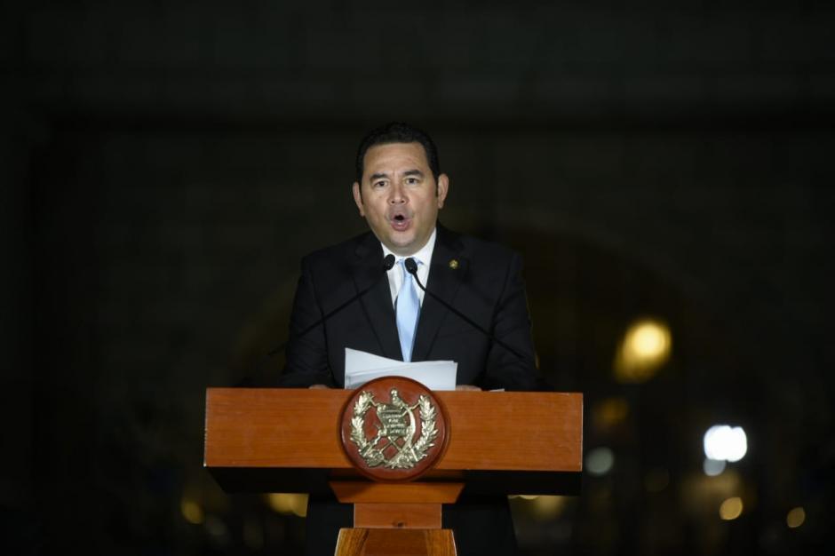 El presidente Jimmy Morales trataba de elevar la voz, pero los gritos de ¡Asesino! lo interrumpieron. (Foto: Wilder López/Soy502)