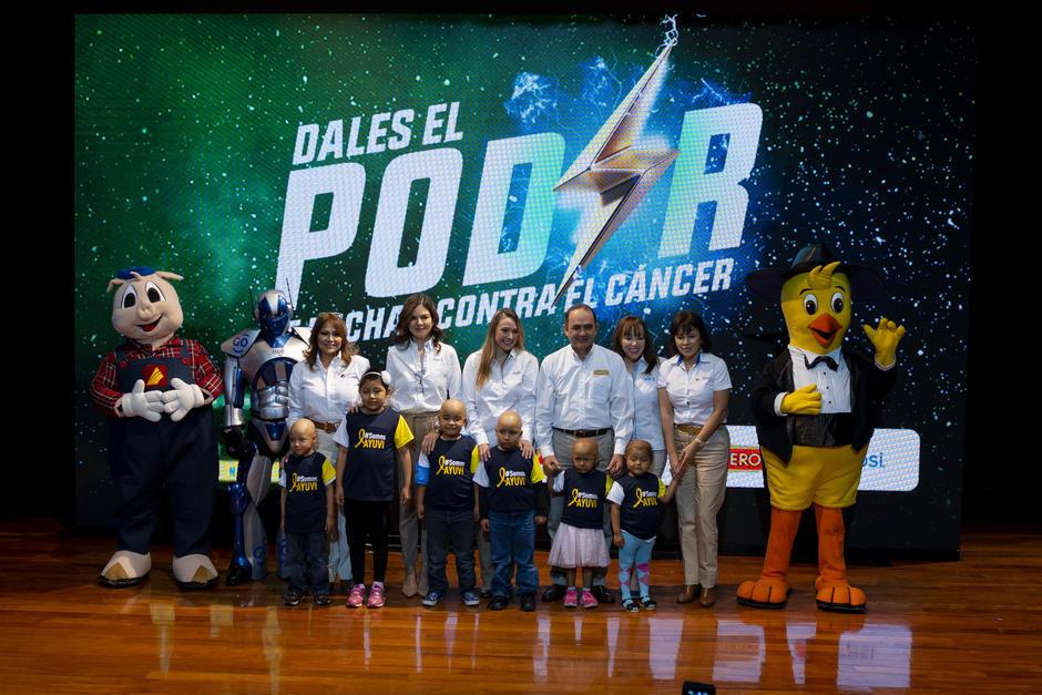 Representantes de las 4 marcas participantes posan junto a niños miembros de AYUVI. (Foto: George Rojas/Soy502)