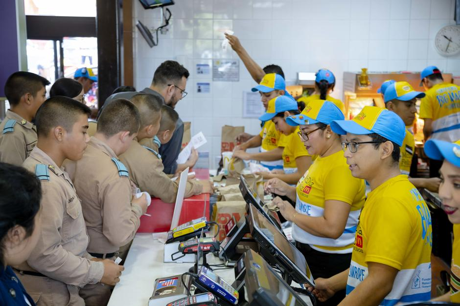 La fiesta inició temprano en el McDonald's  de Las Américas. (Foto: George Rojas/Soy502)