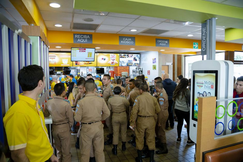 McDonald's  de Las Américas recibió a cientos de guatemaltecos. (Foto: George Rojas/Soy502)